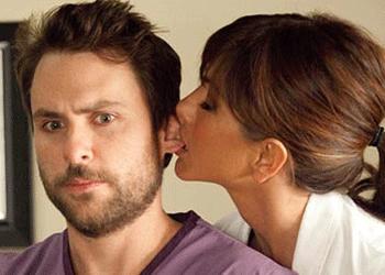 Jennifer Aniston y Charlie Day en Quiero Matar a mi Jefe