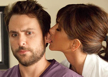 Jennifer Aniston y Charlie Day en Quiero Matar a mi Jefe